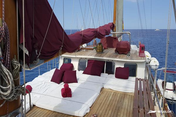 Cubierta para relax con velas recogidas de un barco Southern