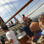 Pasajeros disfrutando de viaje en Yate Clásico para Eventos