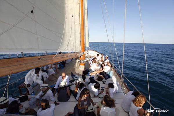 Pasajeros en Barco Clásico conversando y tomando el sol