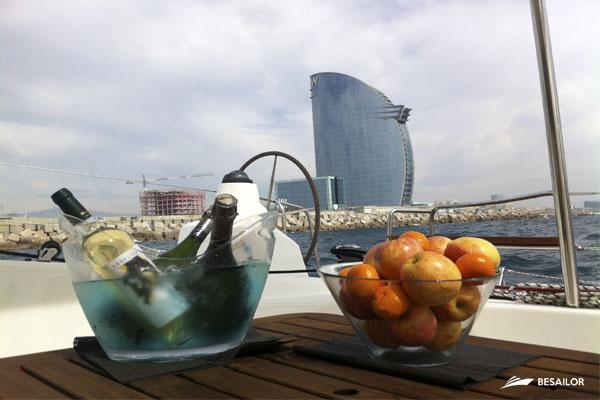 bebida-y-comida-en-mesa-de-catamaran
