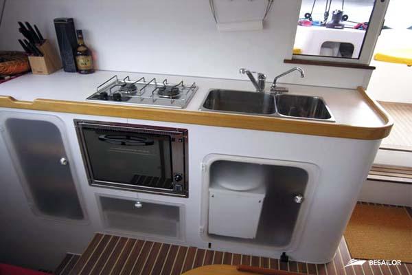 Foto de una cocina con horno y fregadero en catamarán