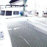 Imagen de la cubierta con doble red de un catamarán