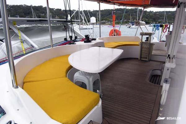 Cubierta de catamarán Outremer con sillones, mesa y taburete