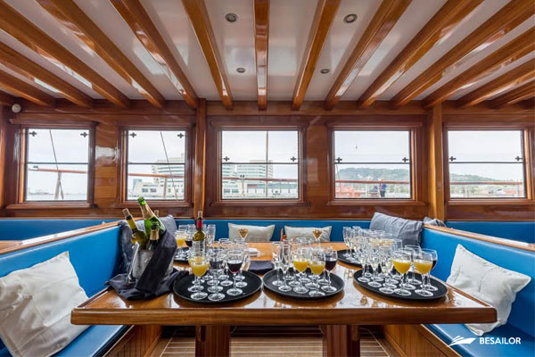 drinks-in-dining-room-of-sailboat-for-events
