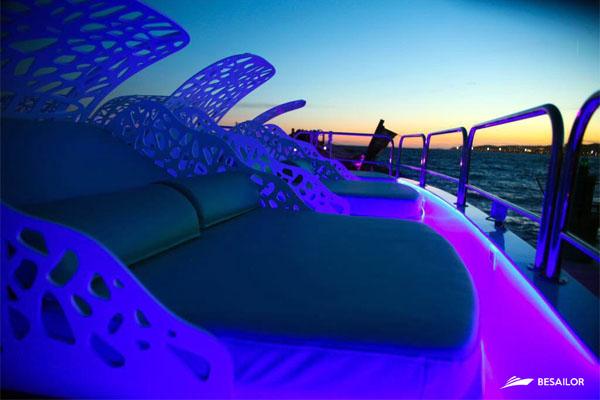 cama-lounge-en-solarium-de-catamaran
