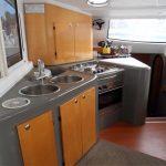 Cocina con horno, fogones y fregadero en Fountaine Pajot