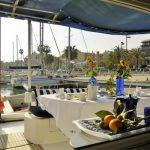 Mesa en cubierta de Catamarán amarrado en Puerto