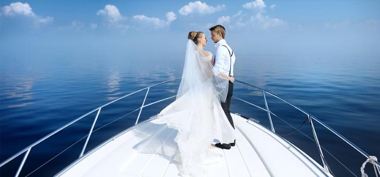 pareja de boda navegando en un barco