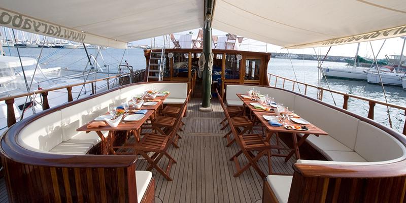 comida en un barco al aire libre