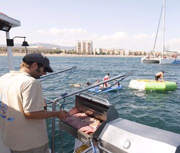 Actividad de Team Building navegando en catamarán por Barcelona