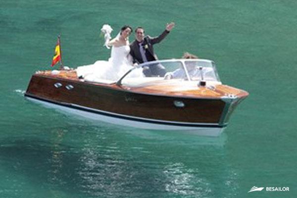 Recien casados navegando en lancha Rio Espera