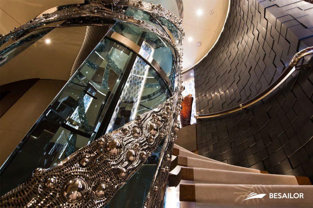 Escaleras y ascensor acristalado lujosos en Super Yate Nirvana
