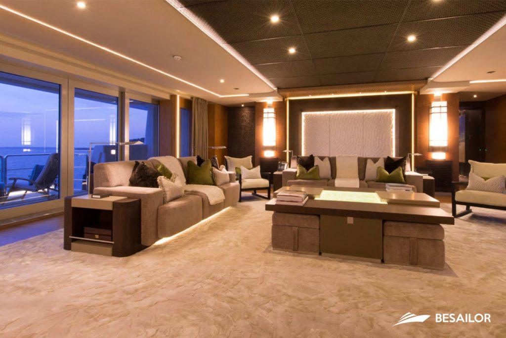 Salón con sofás en Super Yate Nirvana