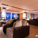 Salón lujoso con sofás para poder ver películas cómodamente