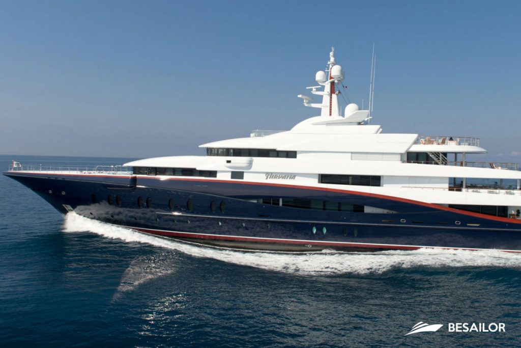 Super Yate Nirvana navegando en el Mediterraneo