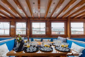 Eventos de cenas y comidas de empresa navegando en el mar