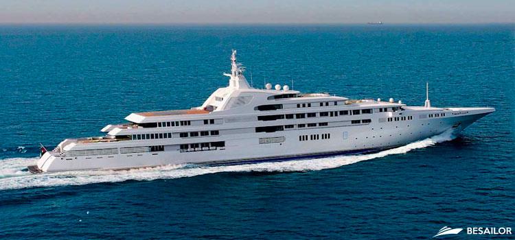 Yate con estilo distendido y funcional para navegar