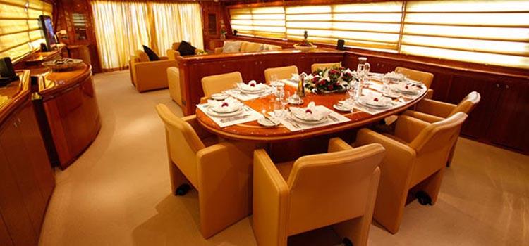 celebración 50 cumpleaños - cena en yate de lujo